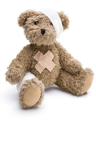 dieses Foto zeigt einen Teddybären mit Verband und Pflaster